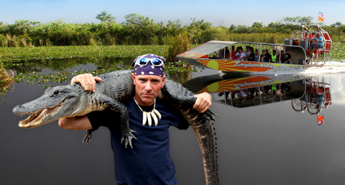 guy-holding-gator-everglades-holiday-park